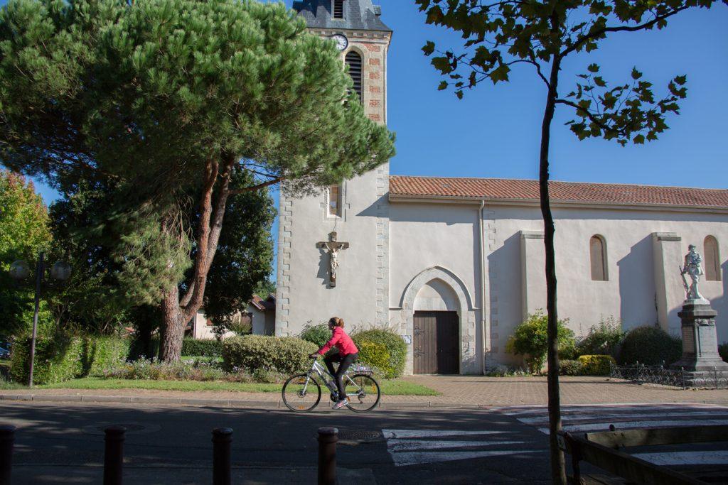 Cycliste_et_églis_-Moliets_